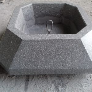 Вазон для цветов многогранной формы из мозаичного бетона