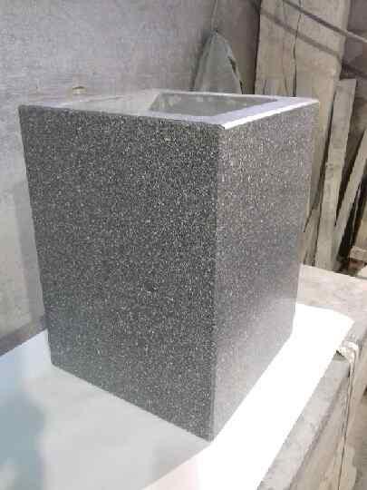 Прямоугольная урна из мозаичного бетона.